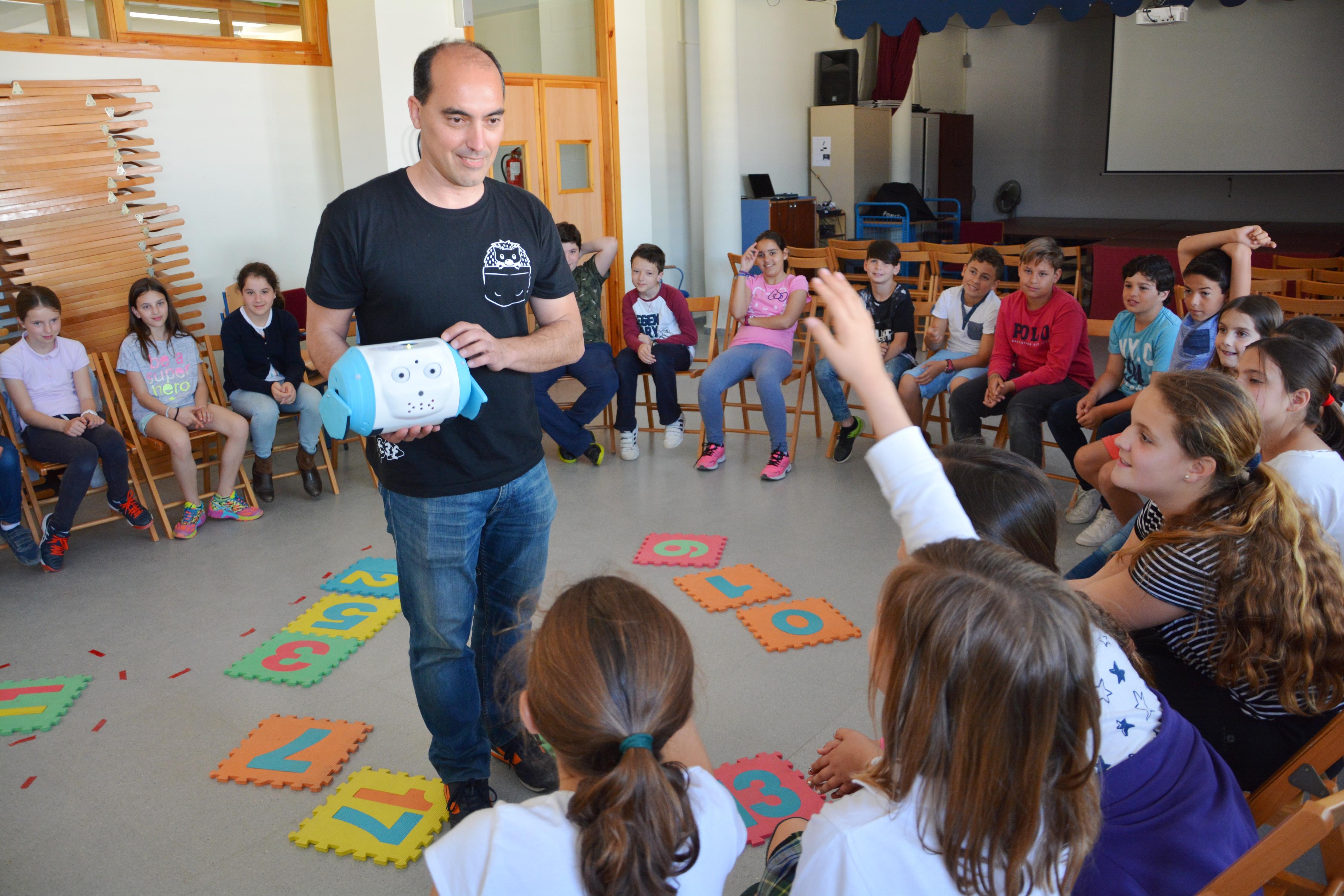 Escolares Tomas Ybarra entusiasmados con el Robot Social_ The Robot Company